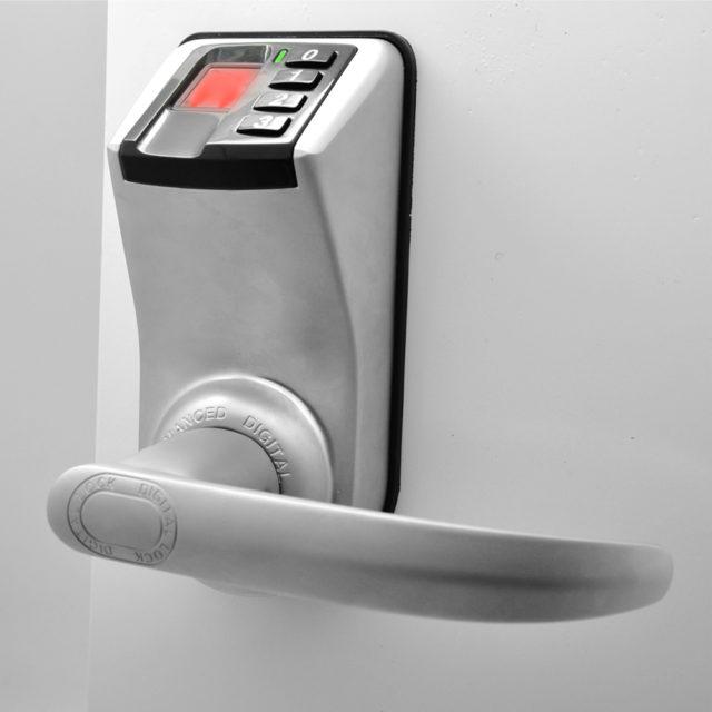 Чтобы обезопасить себя и биометрический считыватель от этих неожиданностей, нужно внести в программу несколько вариантов отпечатка пальца