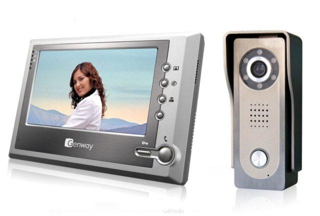 В настоящее время существуют видеодомофоны с черно-белым и цветным монитором, с переговорной трубкой и без нее