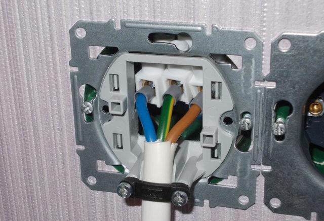 Это происходит из-за неправильного расчета площади сечения или некачественного кабеля