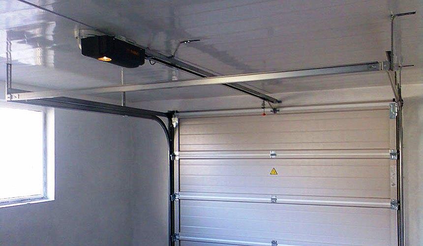 Автоматизированные секционные ворота в гараже