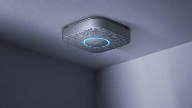 Датчик размещают на потолке в том месте, куда поднимается и начинает концентрироваться дым при начале возгорания