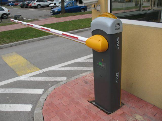 Даже самый простейший шлагбаум ярко демонстрирует мысль «Стоп! Проезд закрыт!»
