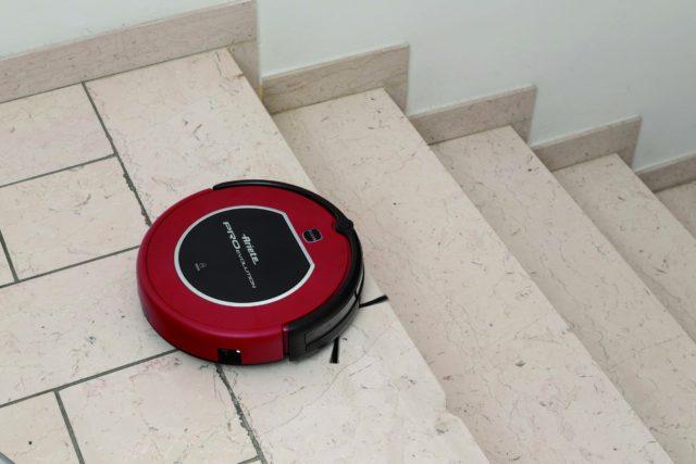 Эффективность уборки гарантирует высокая мощность всасывания, составляющая 25 Вт и дополнительные боковые щеточки, способные вычистить каждый уголок