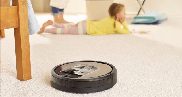 Технология уборки Румбы является классической для роботов пылесосов: две вращающиеся в разных направлениях щетки - ворсянистая и резиновая собирают мусор, пыль, волосы и шерсть с пола и ковров